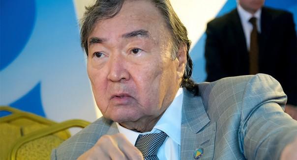 Известный казахский поэт Олжас Сулейменов защитил «родную» кириллицу