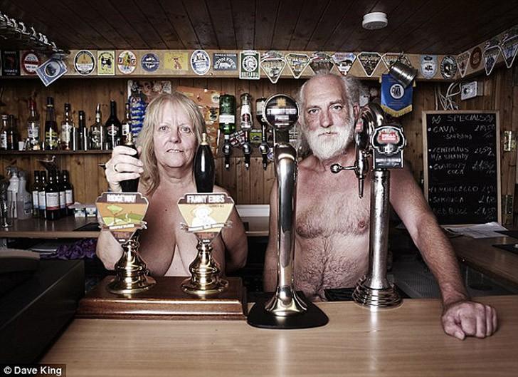 Как живет британская деревня нудистов
