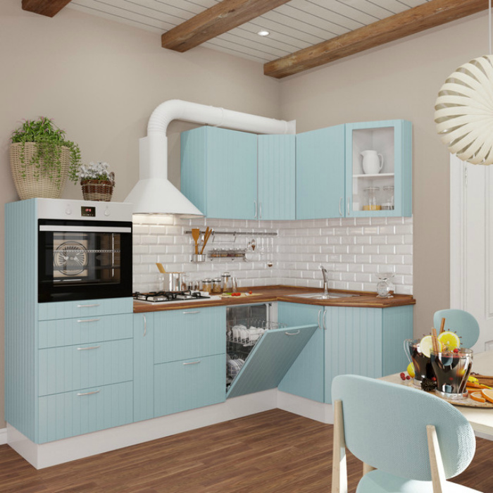 Светлая кухня с голубым гарнитуром.