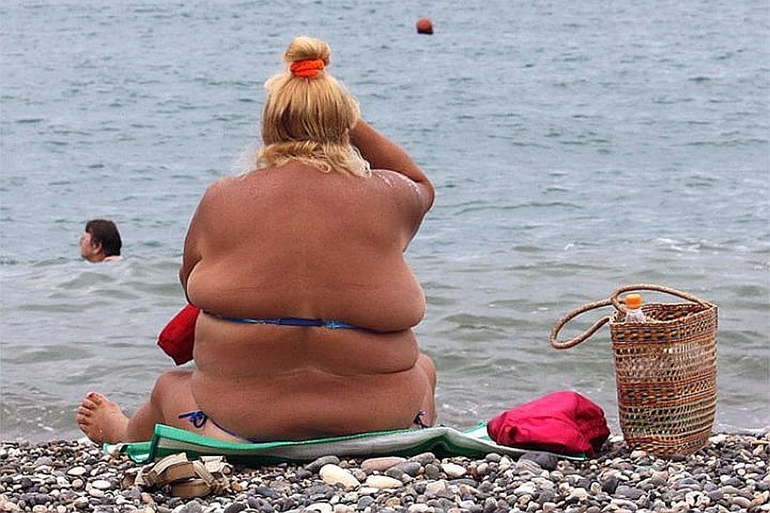 прикол толстая тетя на морских волнах