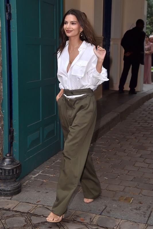 Эмили Ратаковски в широких брюках
