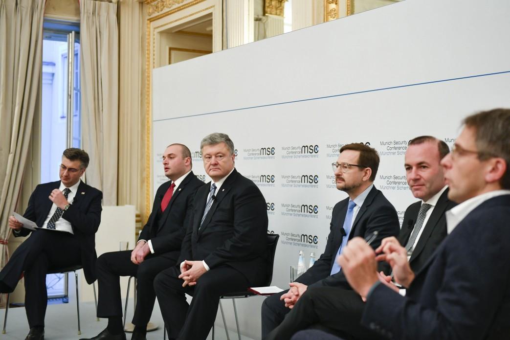 Типичный попрошайка на гастролях: политический провал Порошенко в Мюнхене — Меркель не оценила стараний гаранта