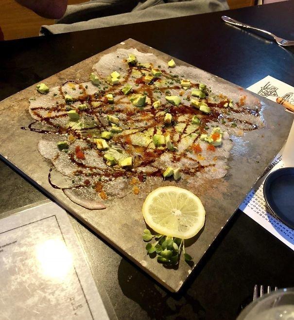 11. Рыба на плитке блюдо, еда, идея, оригинальность, подача, ресторан, сервировка, странность