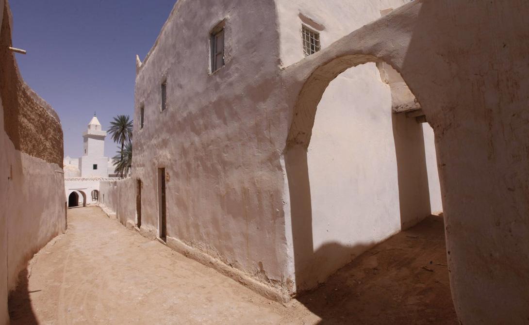 ГадамесЛивияОбъект Всемирного наследия ЮНЕСКО Гадамес является городом-оазисом, расположенным в центре пустыни. Для того, чтобы пережить постоянную жару (55 градусов Цельсия), местному населению приходится проводить большую часть дня в домах с толстыми глинобитными стенами.