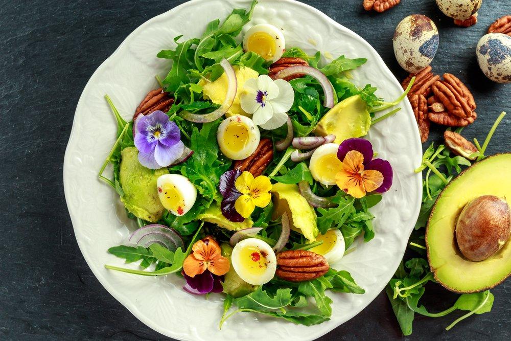 Салат с перерелиными яйцами и авокадо