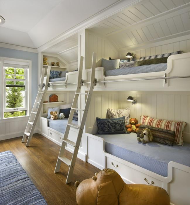 Классическая спальная комната в винтажном стиле, с деревянным паркетом и двумя встроенными двухъярусными кроватями.