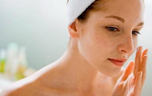 Дерматологи рассказали о 8 веществах, которые нельзя наносить на кожу лица