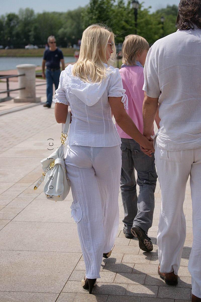 Прелести у девушек просвечиваются через одежду