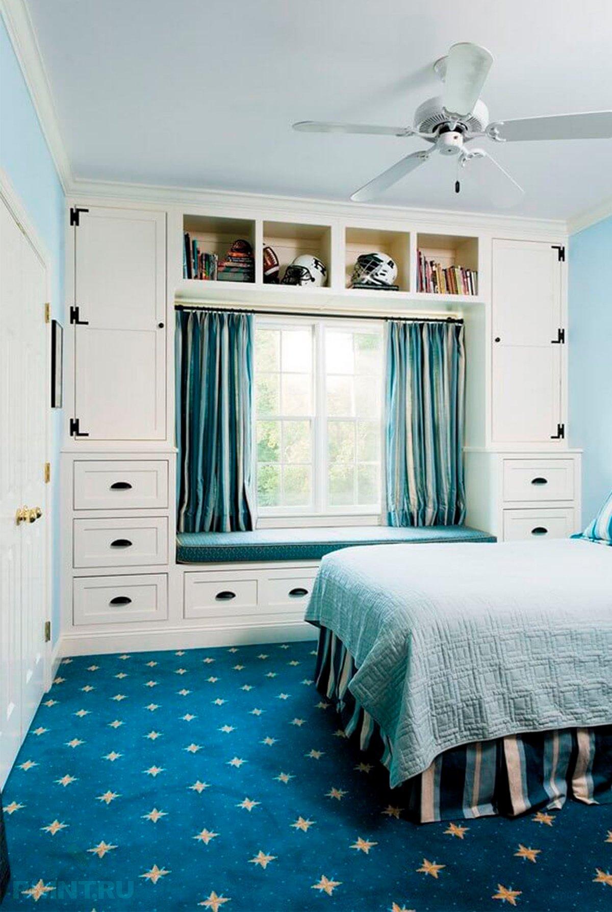 Шкаф вокруг окна: плюсы, минусы, фотопримеры