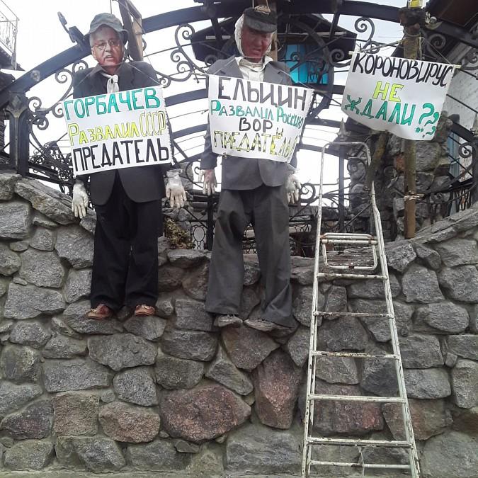 На центральной улице Кинешмы повесили чучела Горбачева и Ельцина Общество