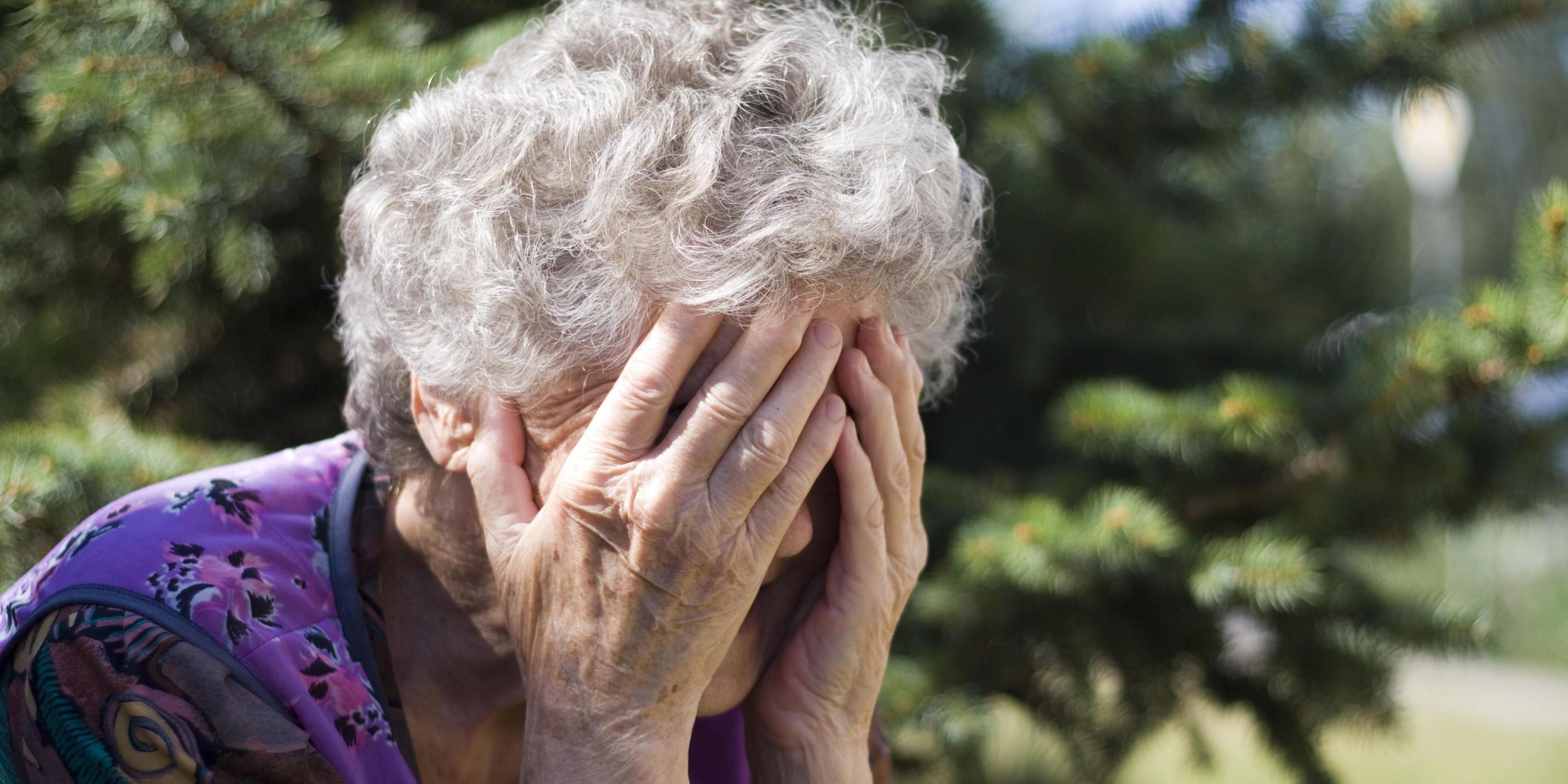 Пенсионерке каждую ночь вызывают скорую из-за громко занимающихся сексом соседей