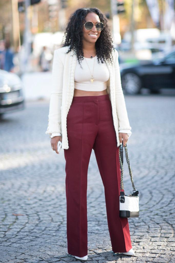Девушка в темно-красных широких брюках