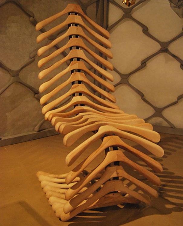Гениальная фантазия и чудесная идея сделать кресло из обычных платяных вешалок