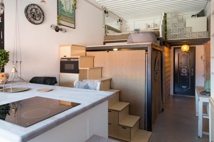 На первом ярусе удалось оформить кухню, гостиную, ванную и прихожую (Россия). | Фото: the-village.ru.