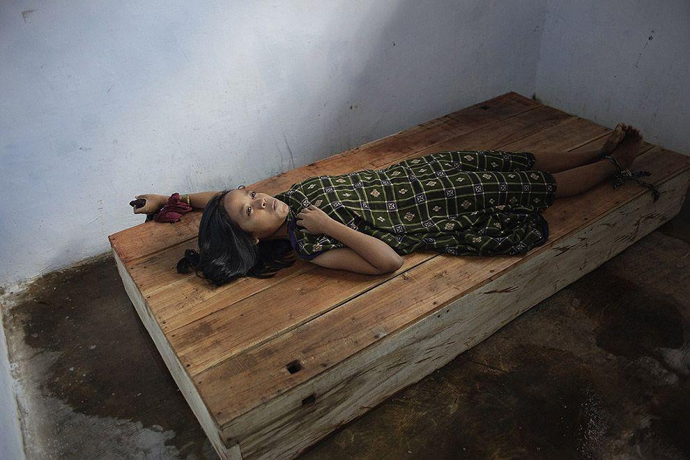 Изнанка мира: психлечебницы Индонезии центре, Индонезии, проживание, семья, данном, течение, чтобы, полностью, которые, 25летний, Шаманы, лучше, мужчина, живет, когда, комнаты, большой, центр, прошел, лечения