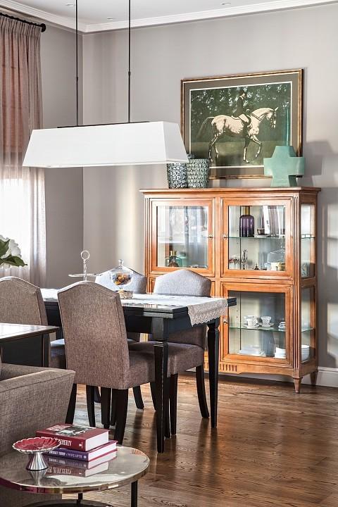 В каждой зоне интерьера тщательно подобраны цвета и оттенки деталей ансамбля: так, в зоне столовой обивка стульев и соседствующей мягкой мебели перекликается с плотной занавесью и паспарт...