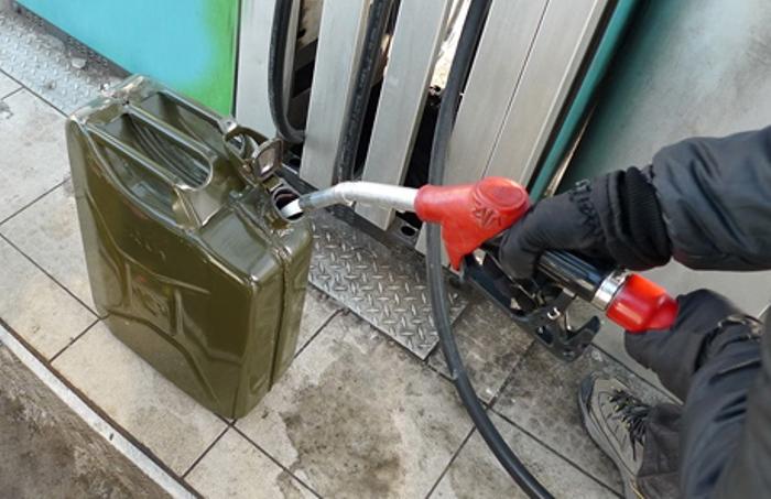 Некоторые водители предпочитают заливать топливо сначала в канистру, чтобы оценить его количество. | Фото: kolesa.kz.