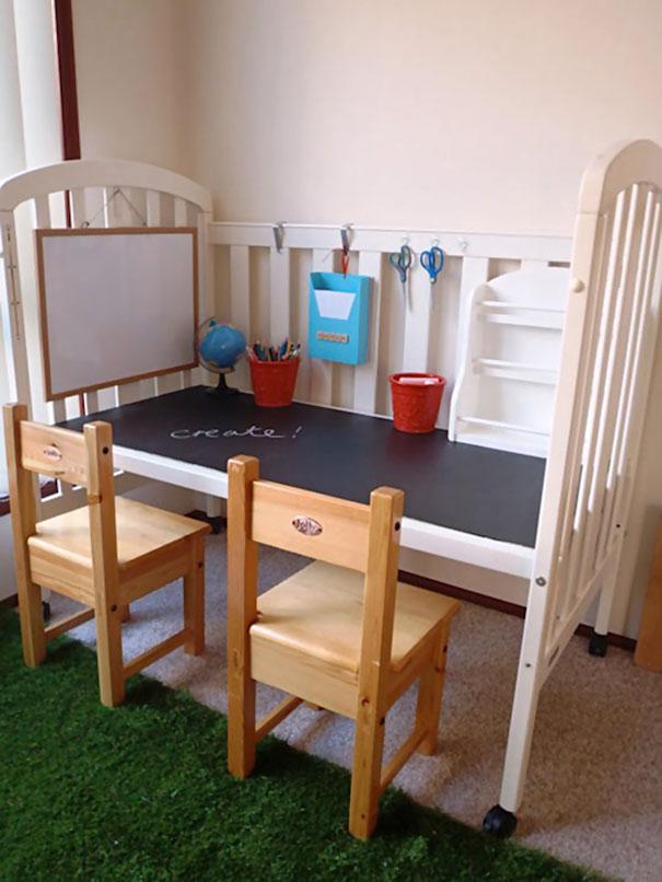 Многие продают старые детские кроватки. А зачем, если из них можно сделать удобный игровой столик