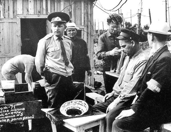 Милиционеры фиксируют находку Золотой Скифской пекторали. 22 июня 1971 года.