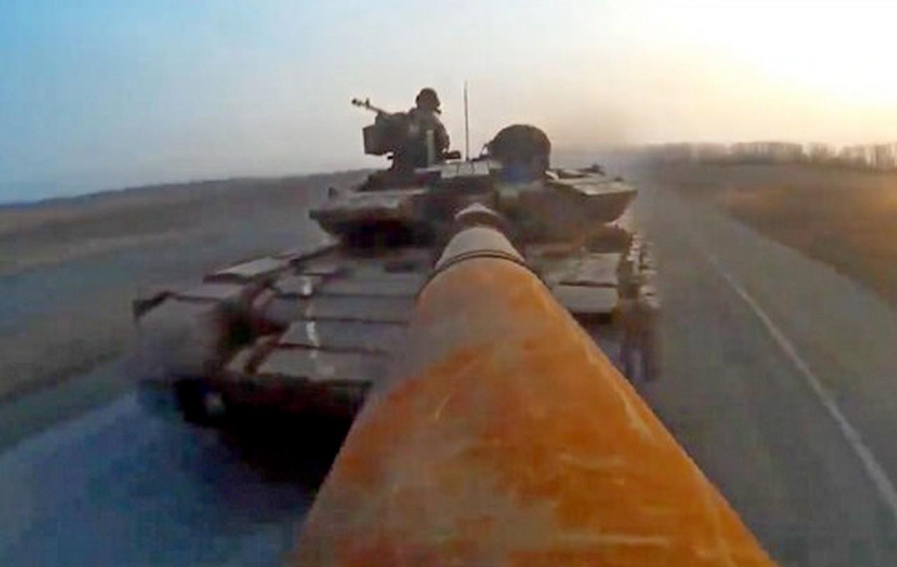 В трусах на танке, с валидолом над учебником: Киев «борется с врагом»
