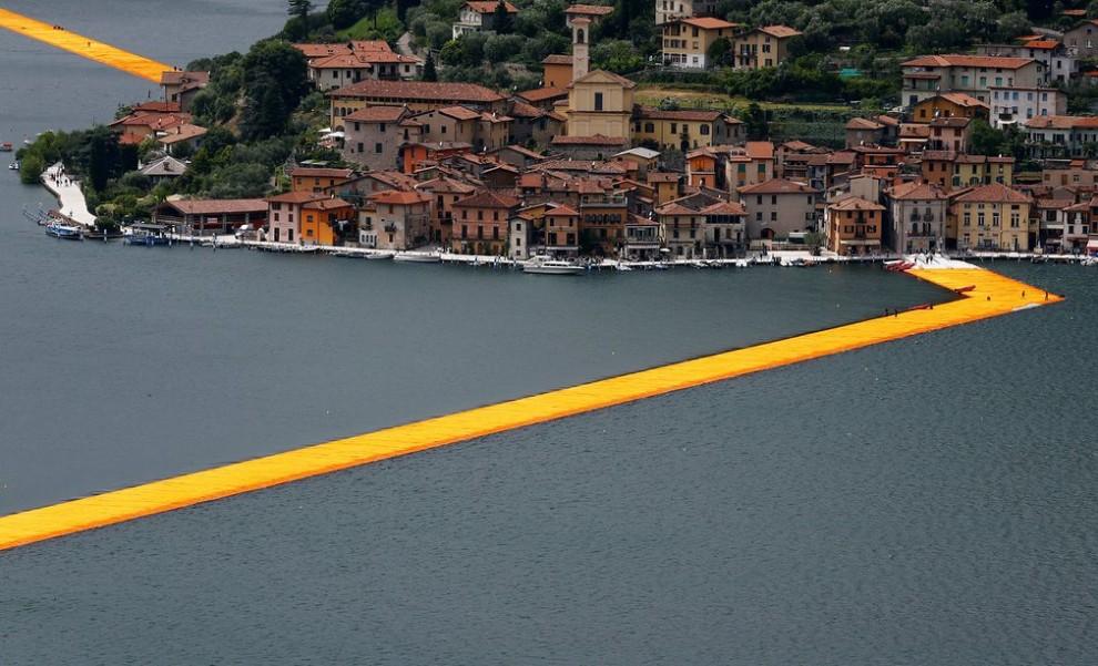Хождение по воде: инсталляция «Плавучие причалы» на озере Изео в Италии