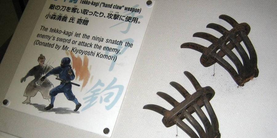 Текко-Каги Универсальное оружие, использующееся как для атаки, так и для защиты. Имея в арсенале только текко-каги, опытный воин мог разоружить вооруженного катаной самурая.