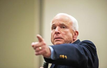 Сенатор Маккейн назвал пресс-секретаря Белого дома идиотом
