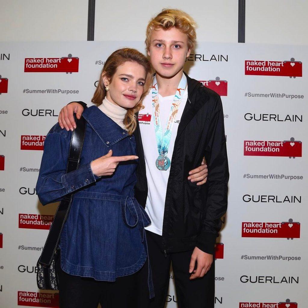 Хрупкая Наталья Водянова рядом со своим 16-летним сыном-красавцем выглядит точно его ровесница