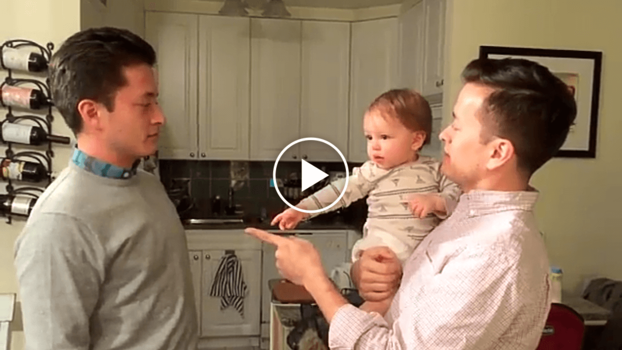 Видео, которое взорвало Интернет: малыш никак не может понять, кто из близнецов его папа