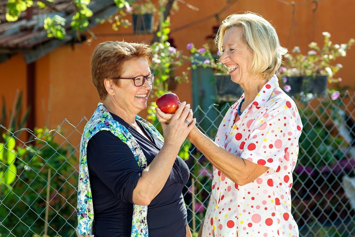 Соседки и яблоко
