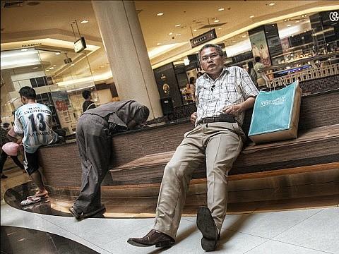 Мужчины, терпеливо ждущие своих женщин в торговом центре