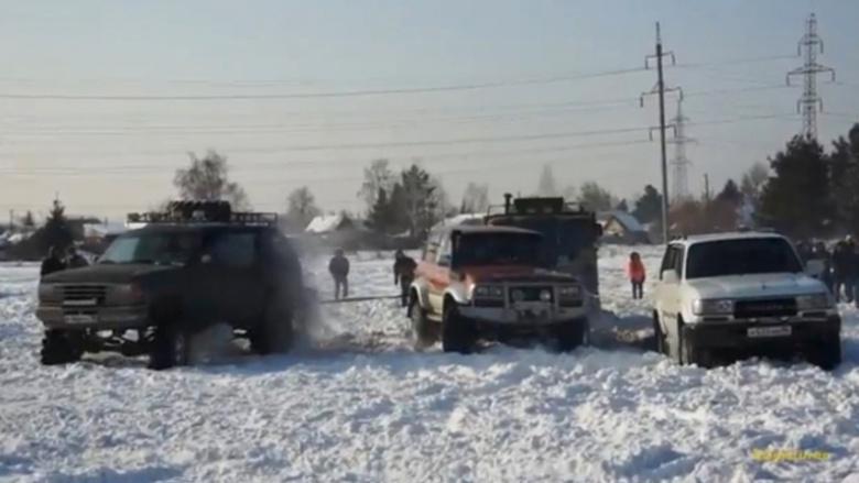 """Таких уже не делают: ГАЗ-66 """"шишига"""" выстояла против трех внедорожников"""