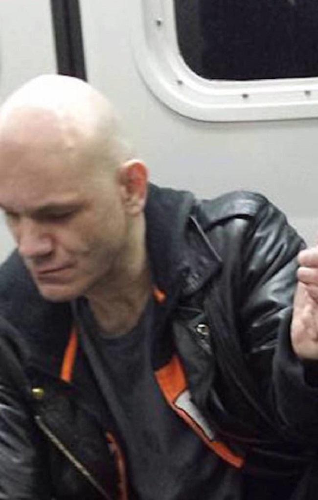 Этот лысый громила начал дебоширить в метро. Но обрати внимание на левую руку старушки...