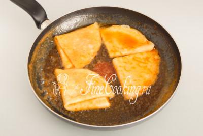 В сковороде разогреваем апельсиновый соус (часть) и прогреваем в нем подготовленные крепы