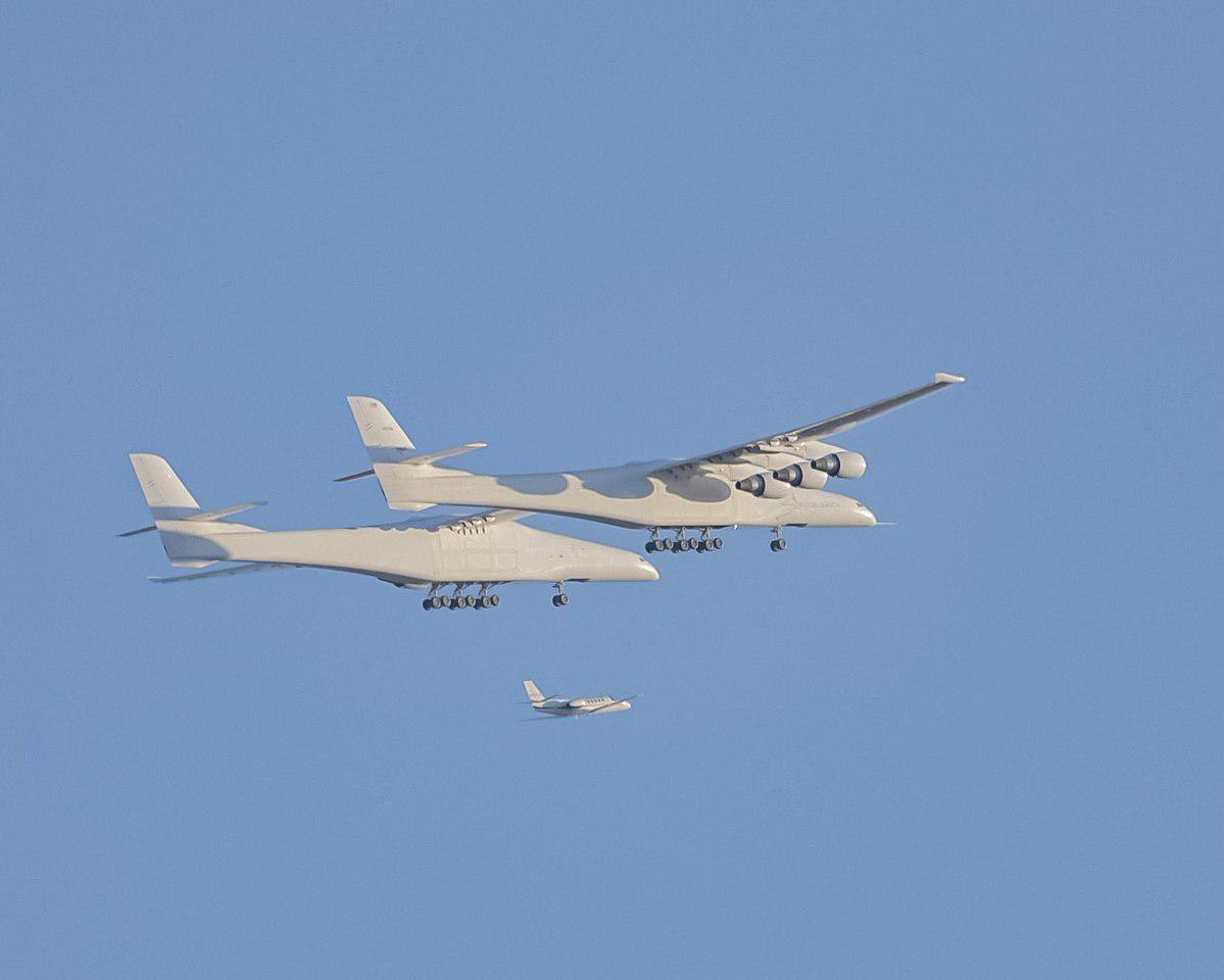 Самый длиннокрылый самолет Stratolaunch успешно совершил свой первый полет