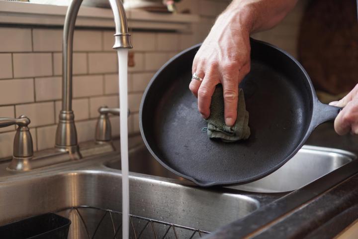 Главный враг чугунной сковороды - термальный шок полезные советы,посуда