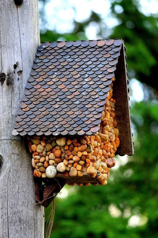 Вычурный домик с использованием монет для оформления крыши! Лучше, чем домик из печенья. Использовать его можно не только как кормушку для птиц, но и как почтовый ящик. дизайн, креатив, монета, украшение