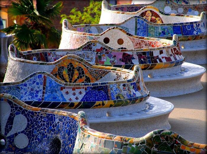 Изогнутая красочная лестница, излюбленное место отдыха посетителей (Parc Guell).