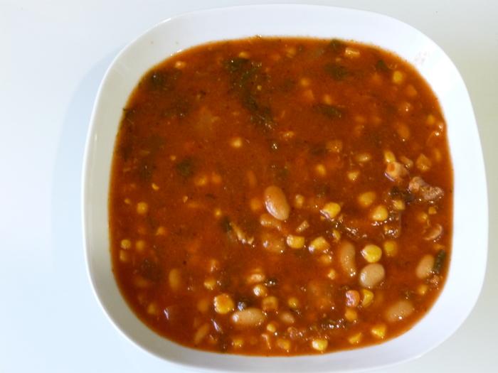 Томатный суп с мясом, фасолью и кукурузой
