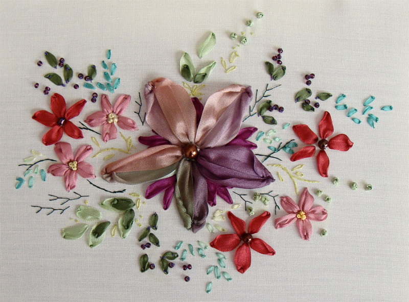 http://hobby-country.ru/wp-content/uploads/2014/08/lilac_flower_ribbon_embroidery_small-800x592.jpg