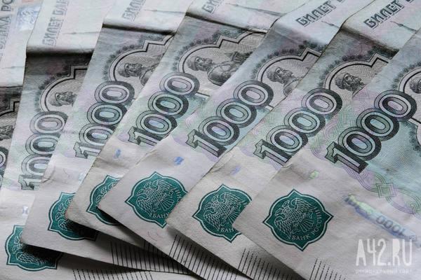 В Ленобласти чиновник и депутат выбросили деньги на трассу в ходе погони