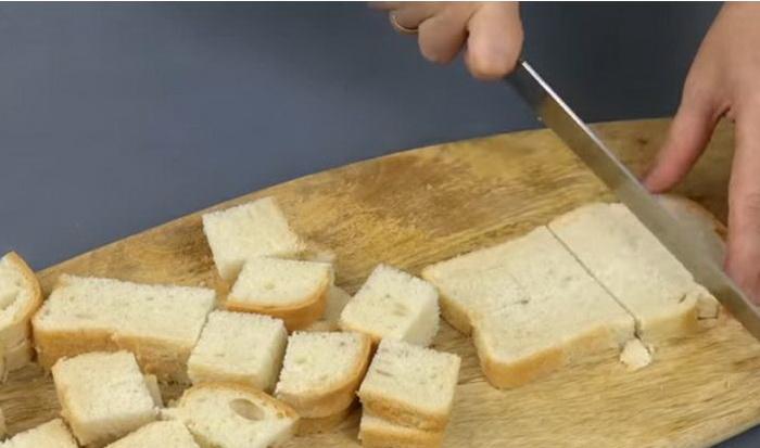 Нарезать хлеб на небольшие кусочки.