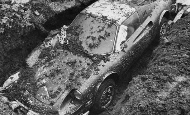 Копнули во дворе и нашли машину: в земле 50 лет назад спрятали раритет ferrari,автомобиль,длинная новость,клад,машина,Пространство,раритет,черные копатели