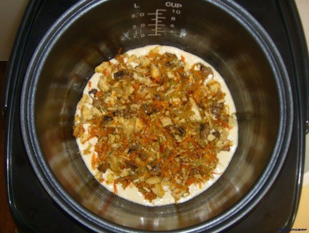 Фото к рецепту: Заливной пирог в мультиварке