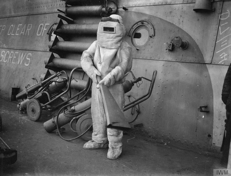 """Пожарный в костюме из асбеста на борту авианосца """"Победоносца"""" на Хвалфьорд, Исландия, 16 ноября 1941 года история, картинки, фото"""
