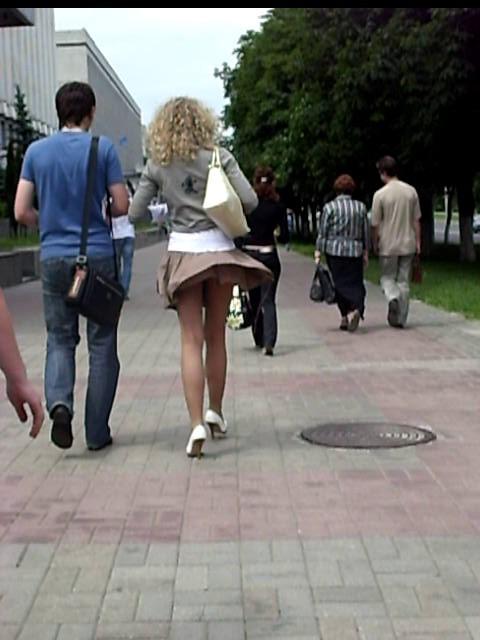 трогание женщин за юбку люди, любящие