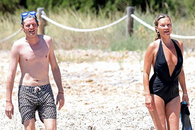 Кейт Мосс отдыхает с бойфрендом Николаем фон Бисмарком на острове Форментера: новые фото