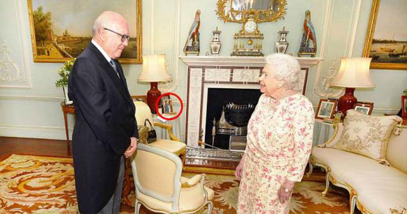 Королева Елизавета убрала фото Меган Маркл с почетного места, где оно простояло всего неделю