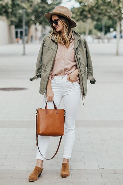 Парка с белыми джинсами