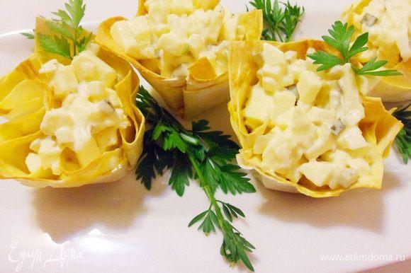 Луковый салат в корзиночках из лаваша готов. Мой фирменный домашний салат. Приятного аппетита!